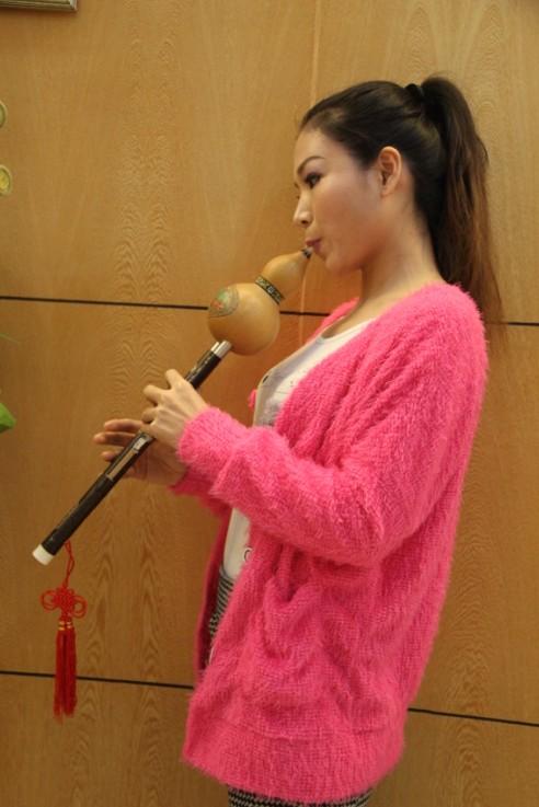 """茂名葫芦丝 又称""""葫芦箫"""",傣语称""""筚郎叨""""(""""筚""""为傣语吹管乐器的泛称。""""郎""""为直吹之意,""""叨""""即葫芦),是云南少数民族乐器,主要流传于傣、彝、阿昌、德昂等民族中。葫芦丝可分为高、中、低音三种类型,常用的调为降B、C、D等调。葫芦丝发源于德宏傣族景颇族自治州梁河县,主要流行于傣、阿昌、佤、德昂和布朗等族聚居的云南德宏、临沧地区,富有浓郁的地方色彩。  葫芦丝((又称葫芦萧)是云南少数民"""